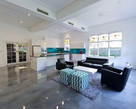 Porcelanato cinza polido com sofá preto moderno
