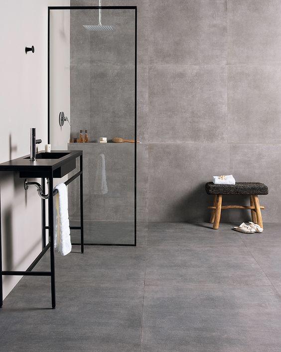 Porcelanato acetinado cinza no banheiro