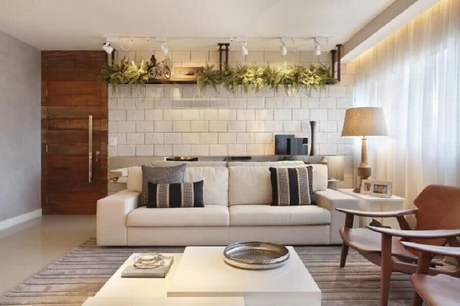 porta de madeira para sala decorada com sofá branco e poltrona de madeira Foto Pinterest