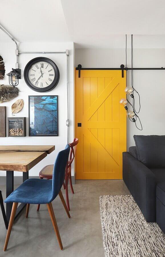 porta de sala pintada na cor de tinta mostarda Foto Casa de Valentina