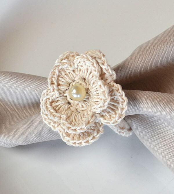Decore seu porta guardanapo de crochê com pérolas