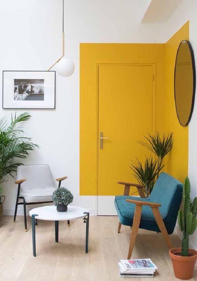 porta para sala pintada de amarela Foto Webcomunica