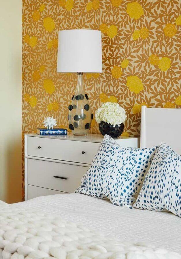 quarto amarelo decorado com papel de parede e criado mudo branco Foto Webcomunica