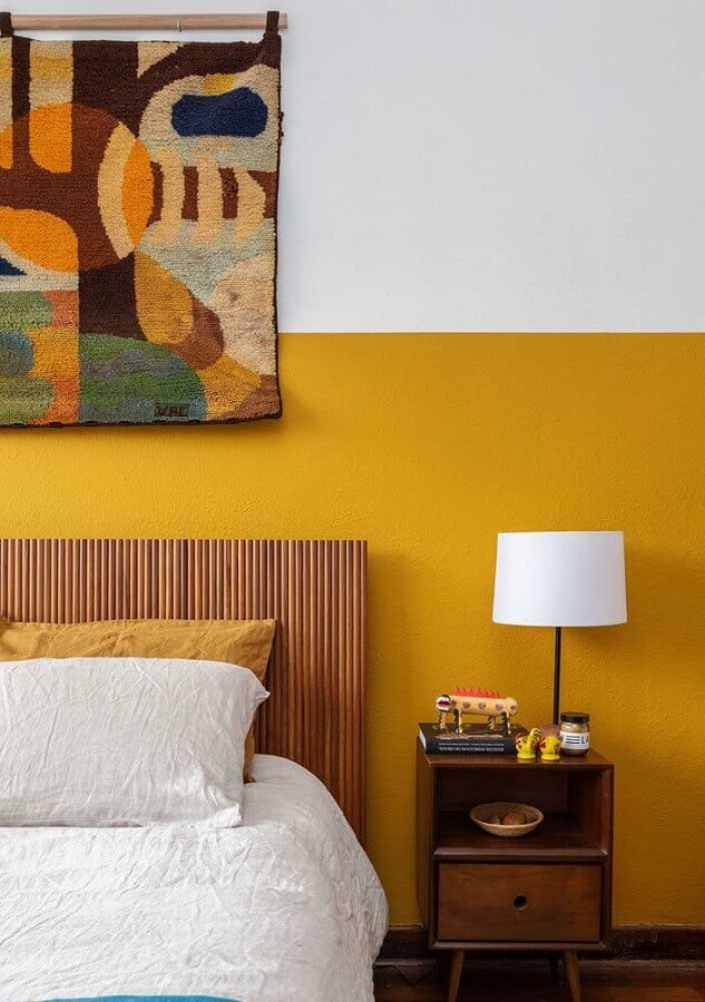 quarto amarelo e branco decorado com cabeceira de madeira Foto Histórias de Casa