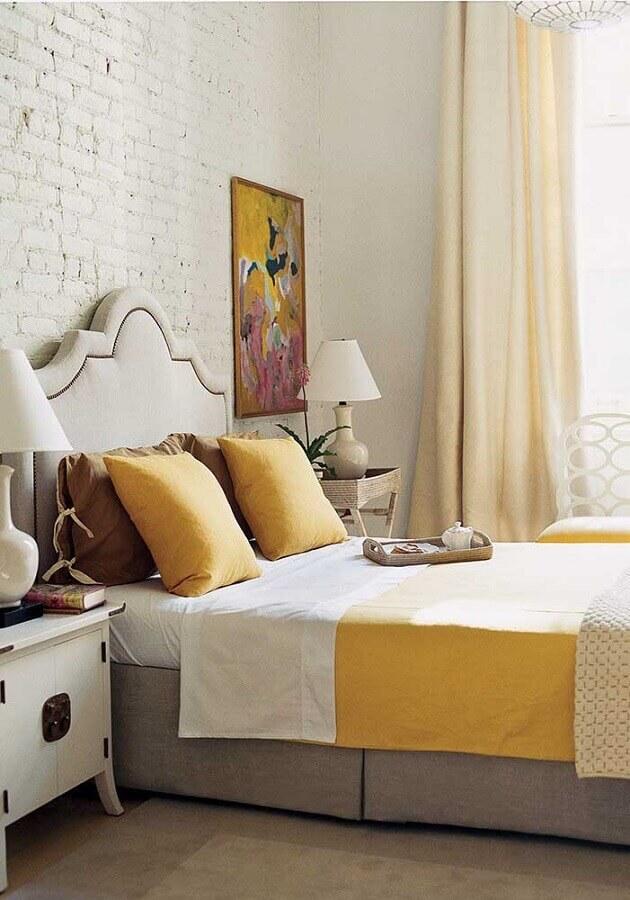 quarto amarelo e branco decorado com parede de tijolinho Foto Pinterest