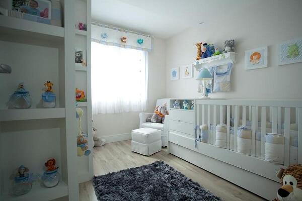 Quarto de bebê cinza e branco com decorações coloridas