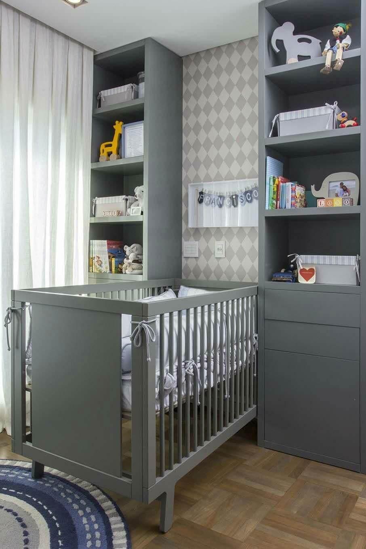 Quarto de bebê cinza e branco com móveis e parede em cinza escura