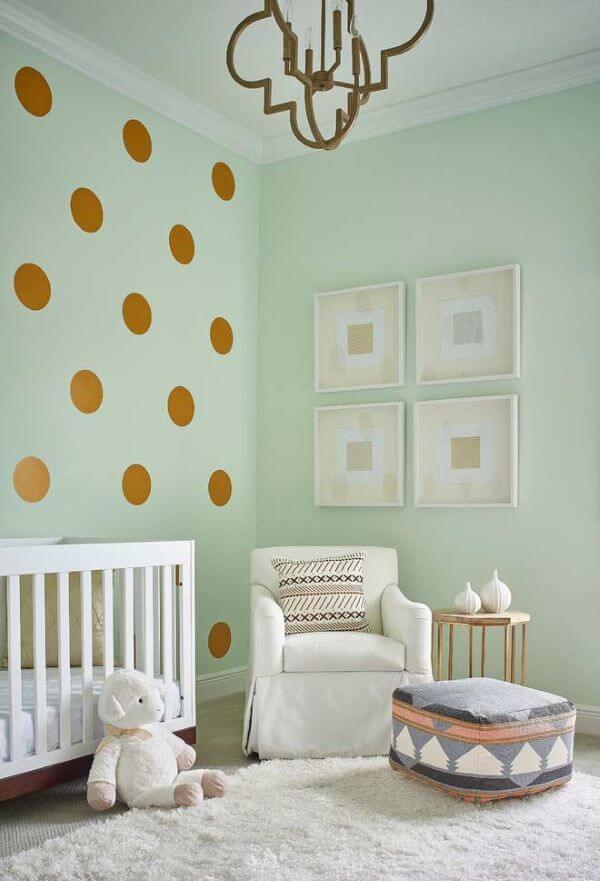 Quarto de bebê verde claro com móveis neutros