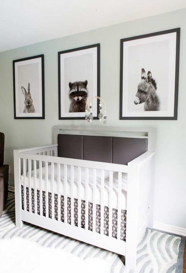 Quarto de bebê verde claro com tema floresta