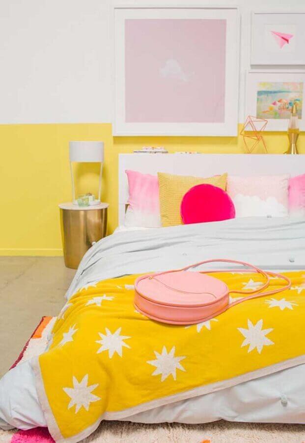 quarto de menina amarelo e branco decorado com detalhes em tons de rosa Foto Ideias Decor