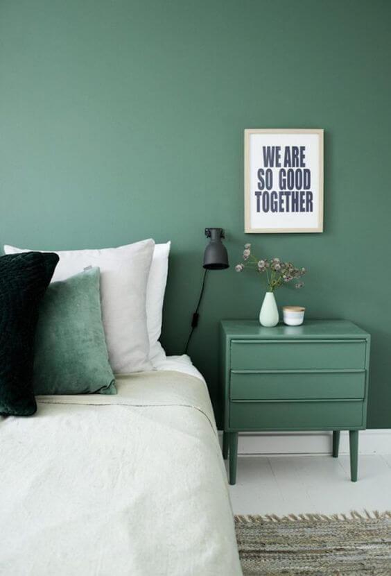 Quarto verde com cama branca