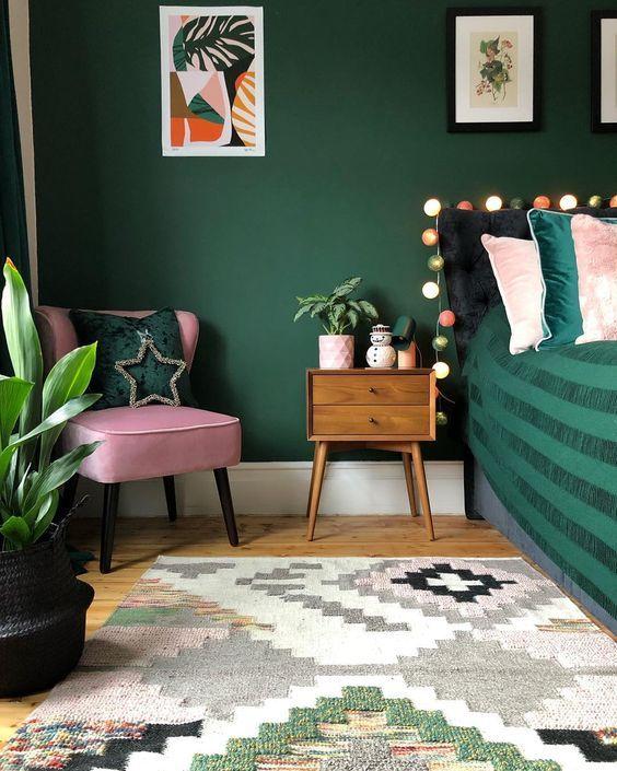 Quarto verde com poltrona cor de rosa