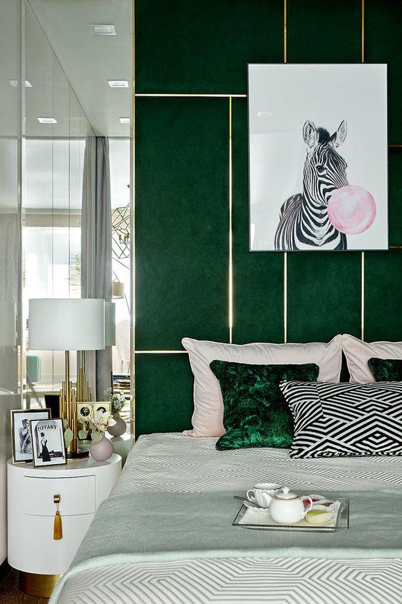 Quarto verde escuro com quadro de zebra