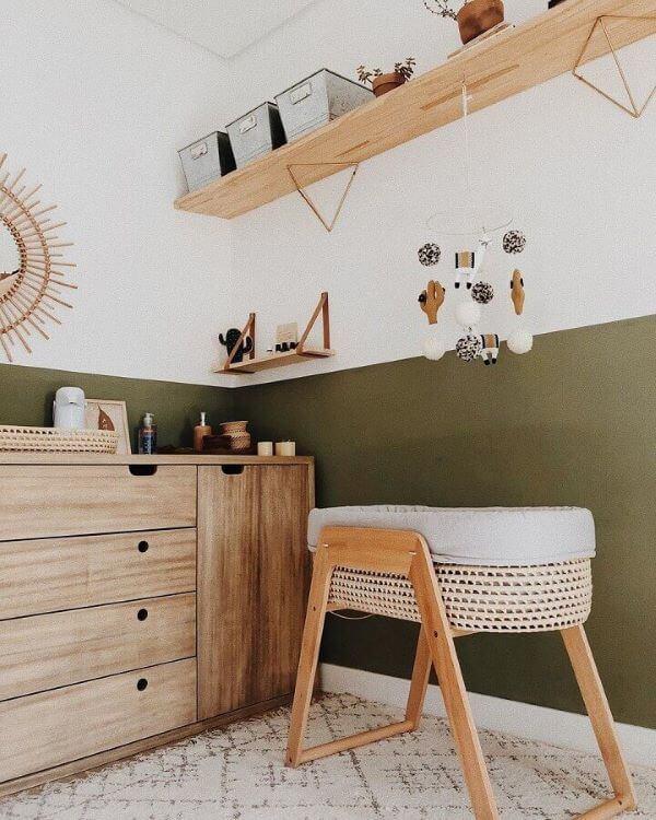 Quarto verde musgo para bebê com móveis em madeira clara