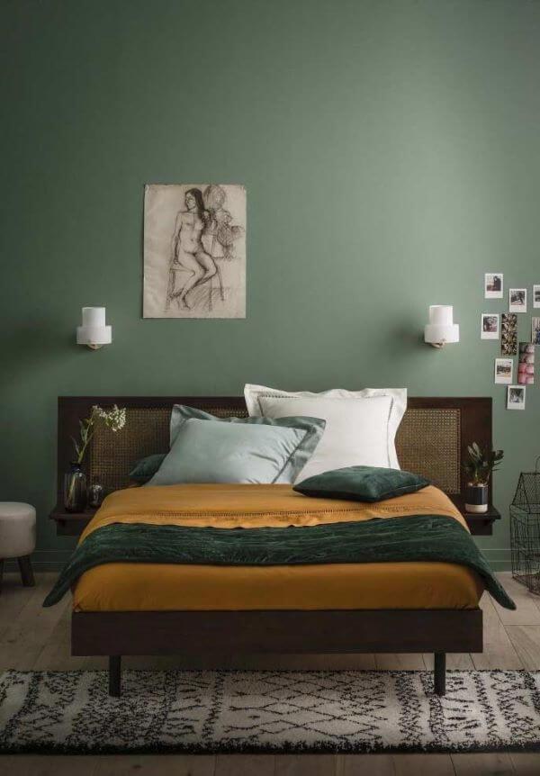 Quarto verde musgo para um ambiente de casal