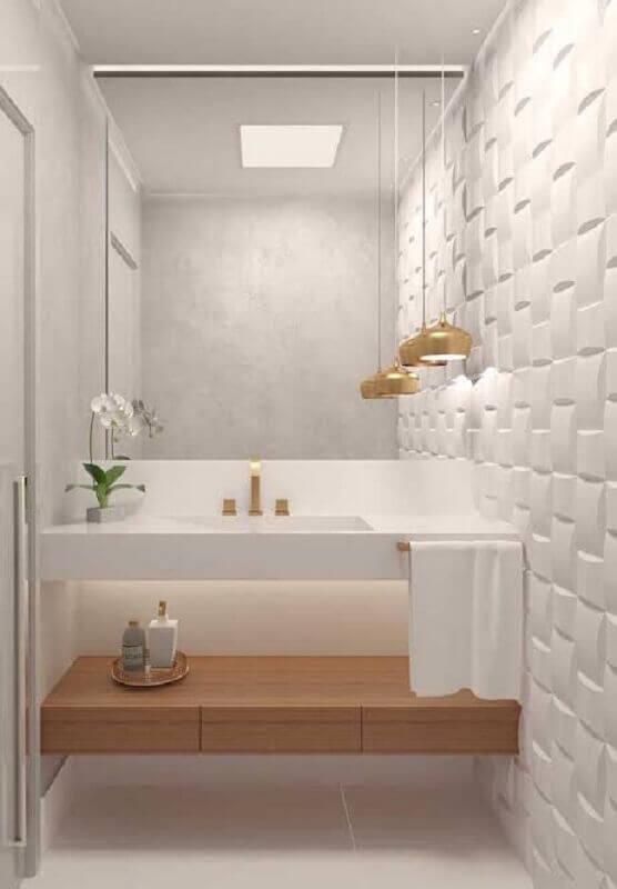 revestimento 3d e lustre pendente para banheiro pequeno todo branco Foto Dicas de Mulher