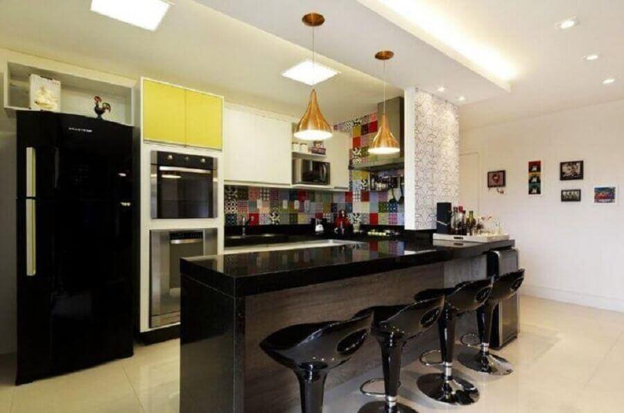 revestimento colorido para cozinha americana preta com pendente dourado Foto Juliana Conforto