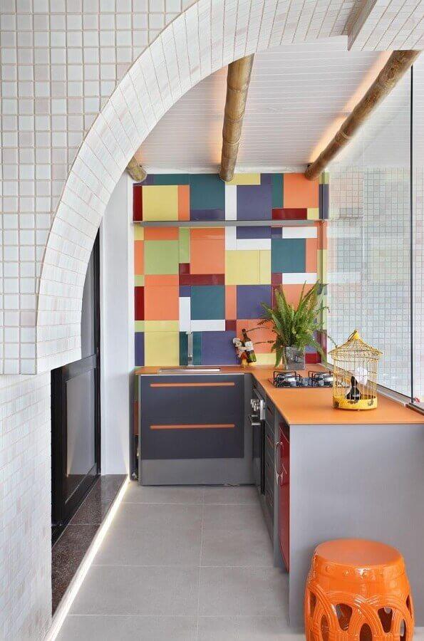 revestimento colorido para decoração de área gourmet pequena de apartamento Foto Otimizi