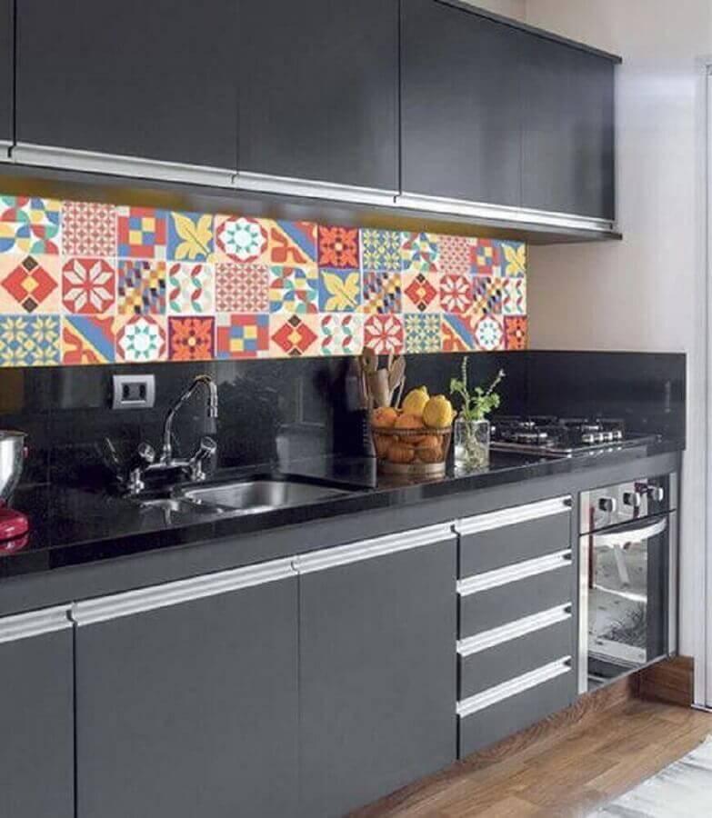 revestimento colorido para decoração de cozinha preta Foto Webcomunica