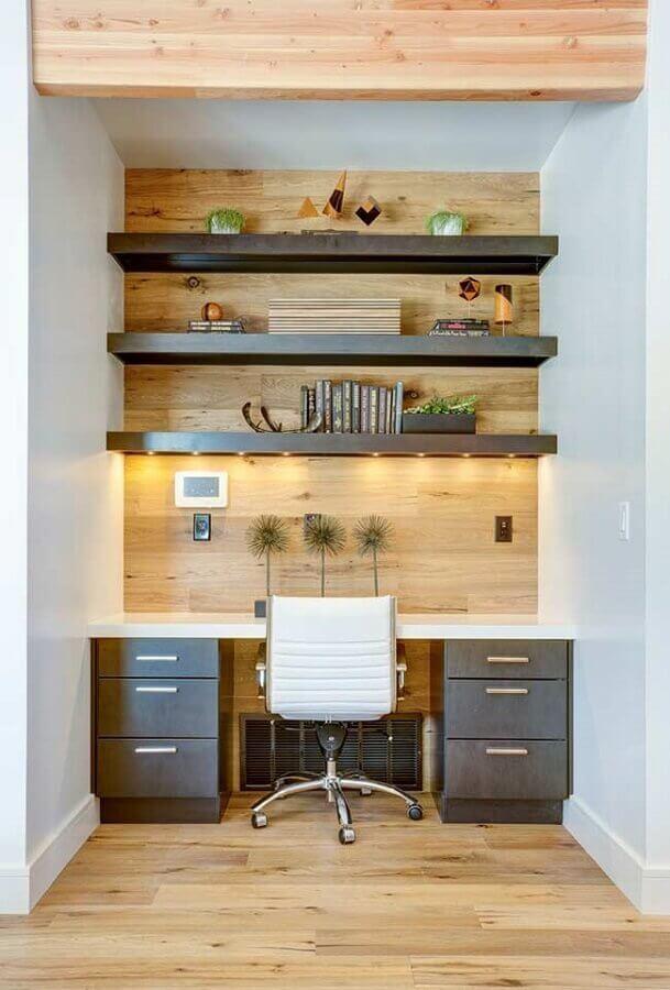 revestimento de madeira para home office planejado com prateleiras com iluminação embutida Foto Pinterest