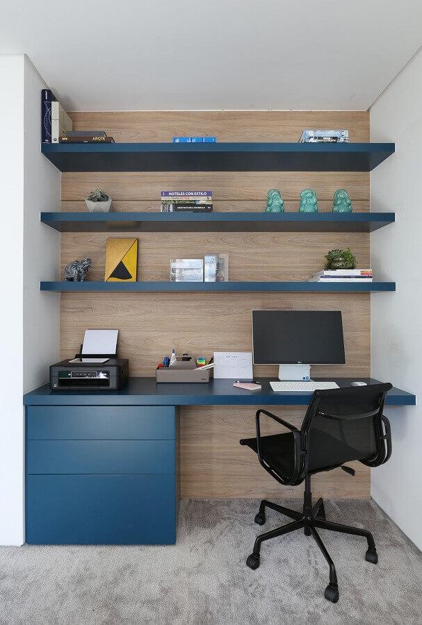revestimento de madeira para home office planejado com prateleiras e bancada azul Foto Start Arquitetura