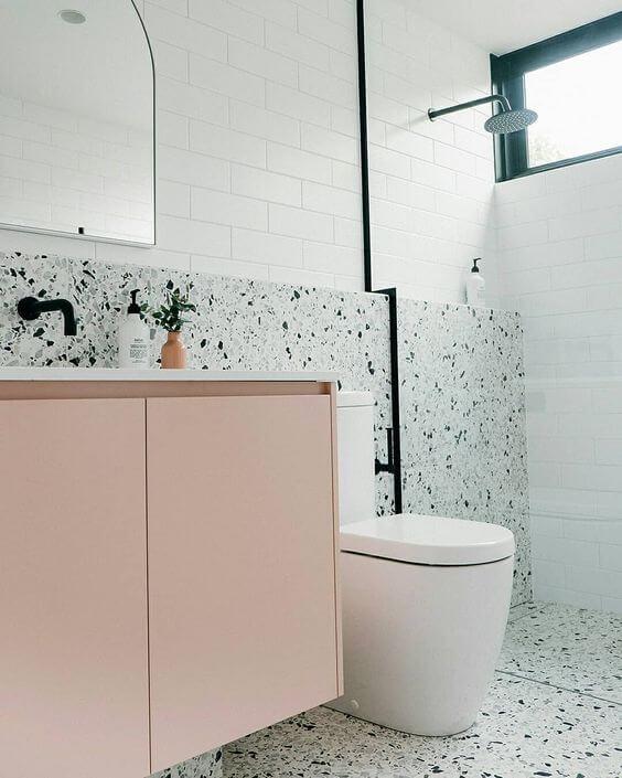 Revestimento verde para banheiro com armário cor de rosa