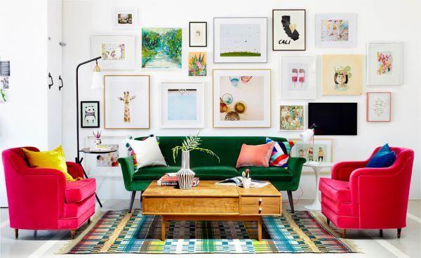 Sala colorida com poltrona rosa e sofá verde