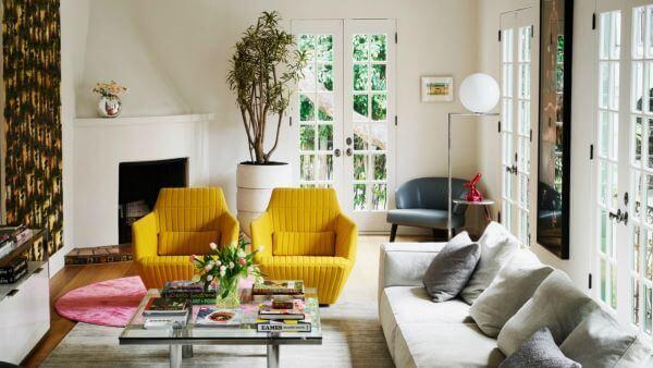 Sala com poltrona amarela