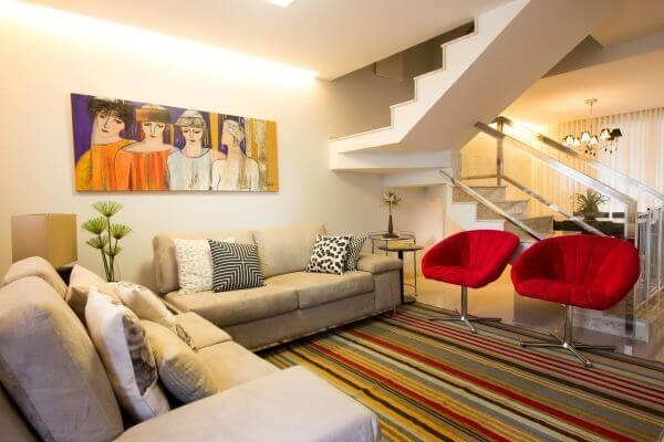 Sala de estar com poltronas vermelhas