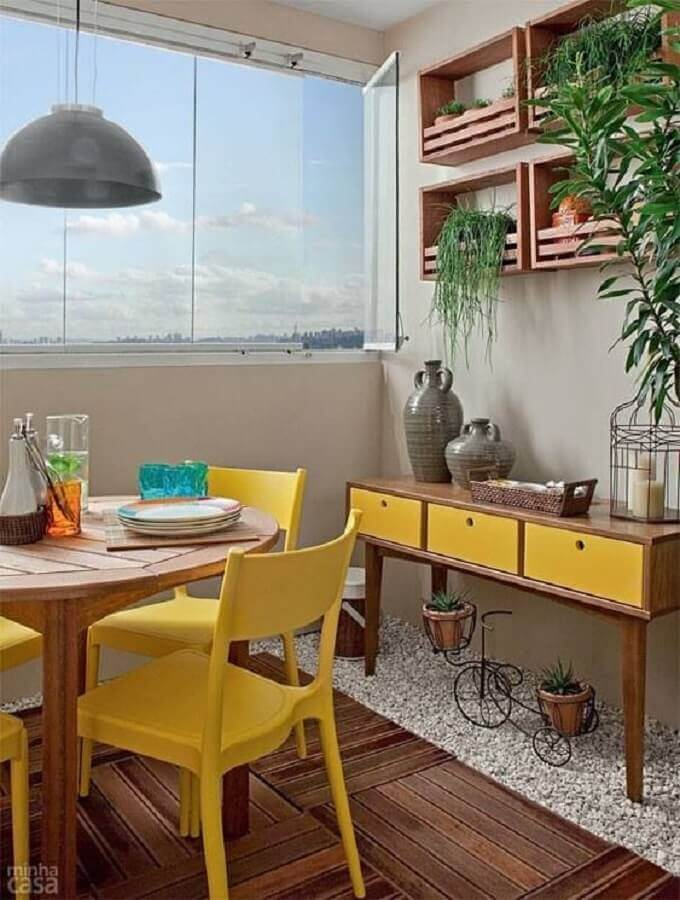 sala de jantar pequena com aparador e cadeiras na cor mostarda Foto Studio1202