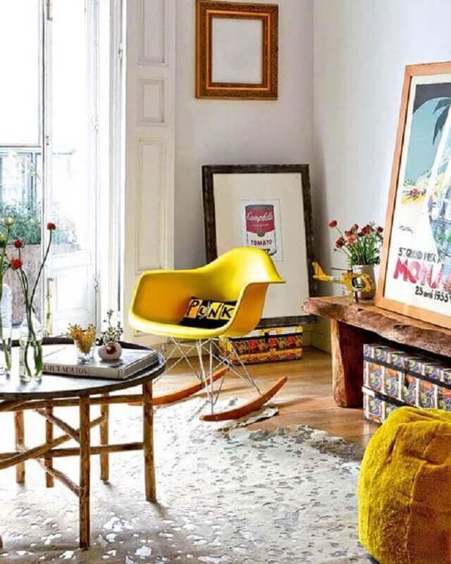 sala decorada com cadeira de balanço na cor mostarda Foto pinterest