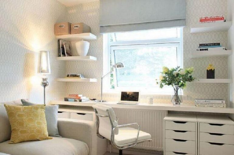 sala decorada com home office planejado Foto Alex Maguire