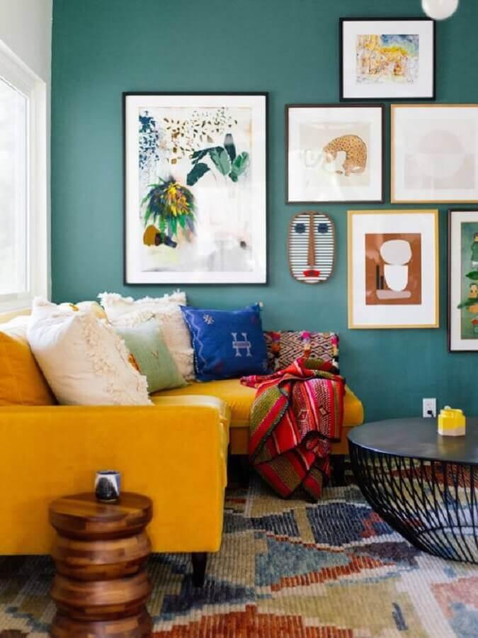 sala decorada com parede azul e sofá cor mostarda Foto Casa de Valentina