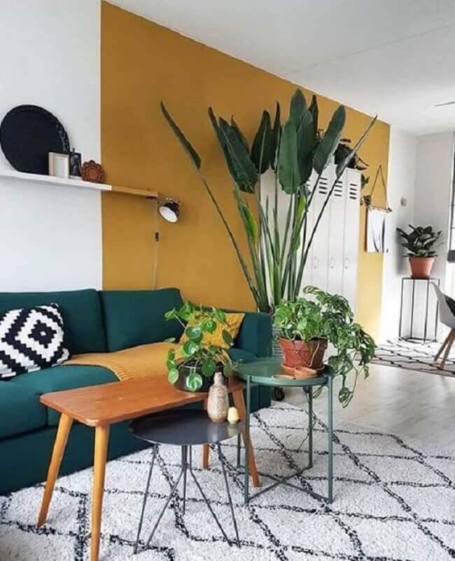 sala decorada com parede pintada de cor de tinta mostarda Foto My Blog Deco