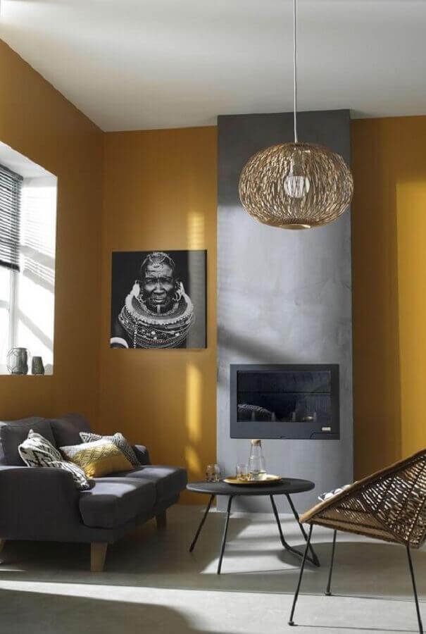 sala moderna com lareira e cor mostarda para parede Foto Decor Trendy