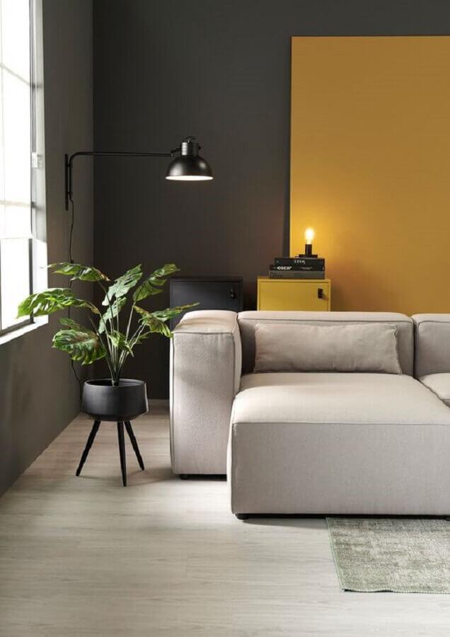 sala moderna com parede cinza e mostarda Foto Wood Save