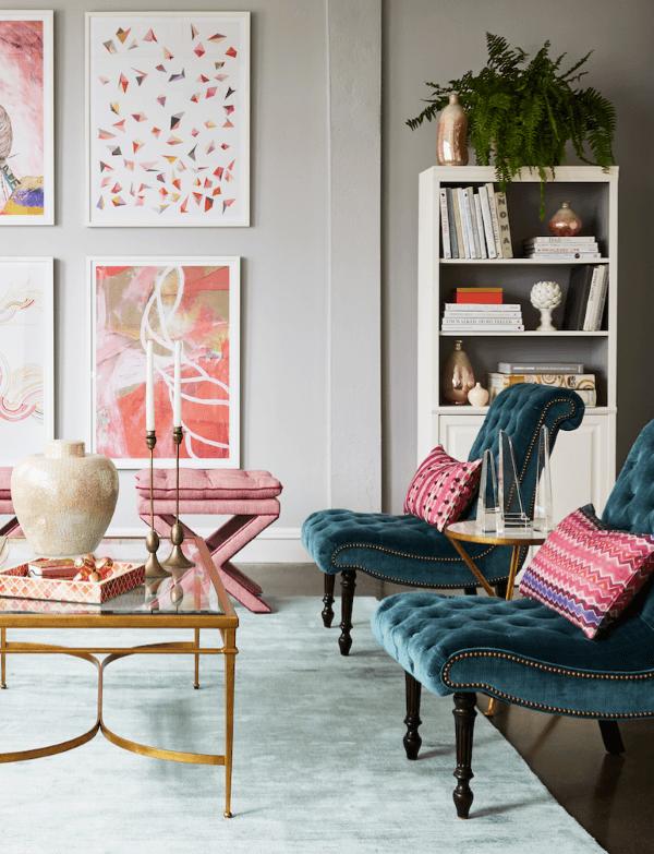 Sala moderna com poltrona azul e detalhes cor de rosa