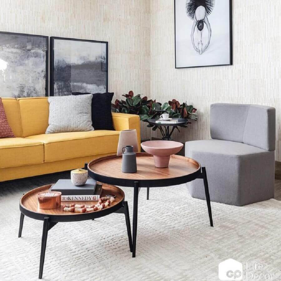 sala moderna decorada com sofá cor mostarda e poltrona cinza Foto GP Life Decor