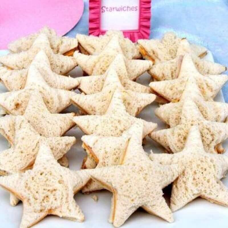 sanduíches em formato de estrelas para festa sereia  Foto Mamãe Plugada
