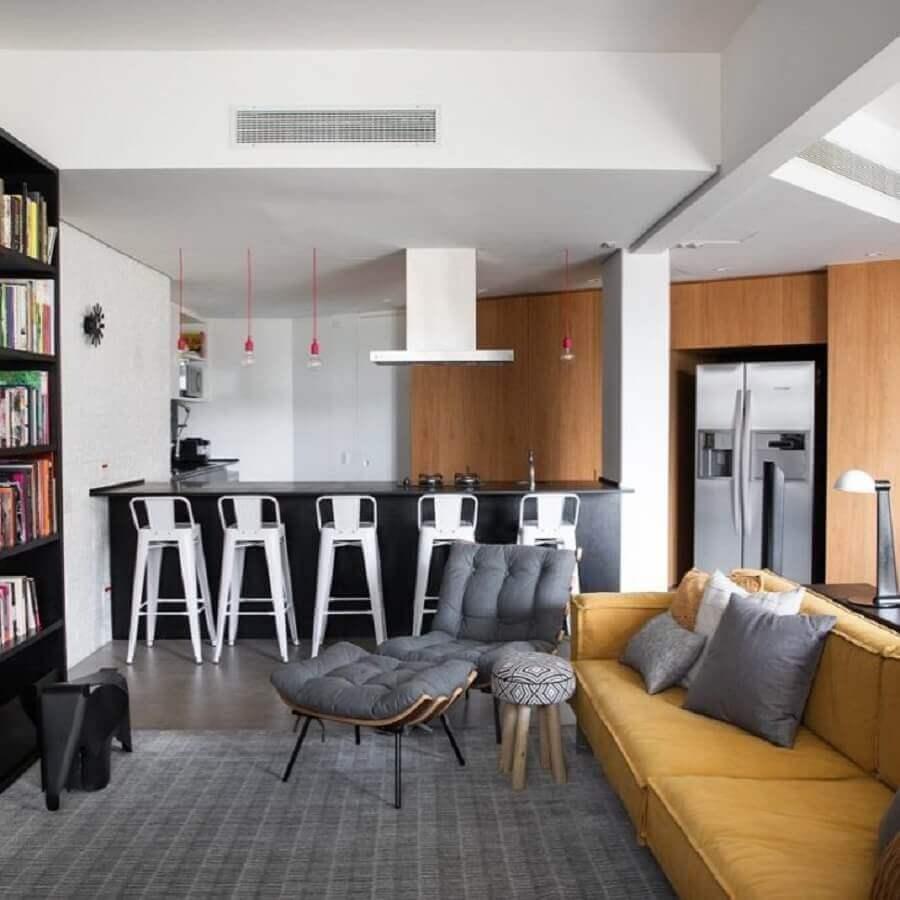 sofá cor mostarda para decoração de sala cinza moderna Foto Maurício Arruda