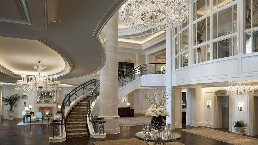 sofisticada decoração de casas de luxo por dentro com lustres de cristais Foto Architizer