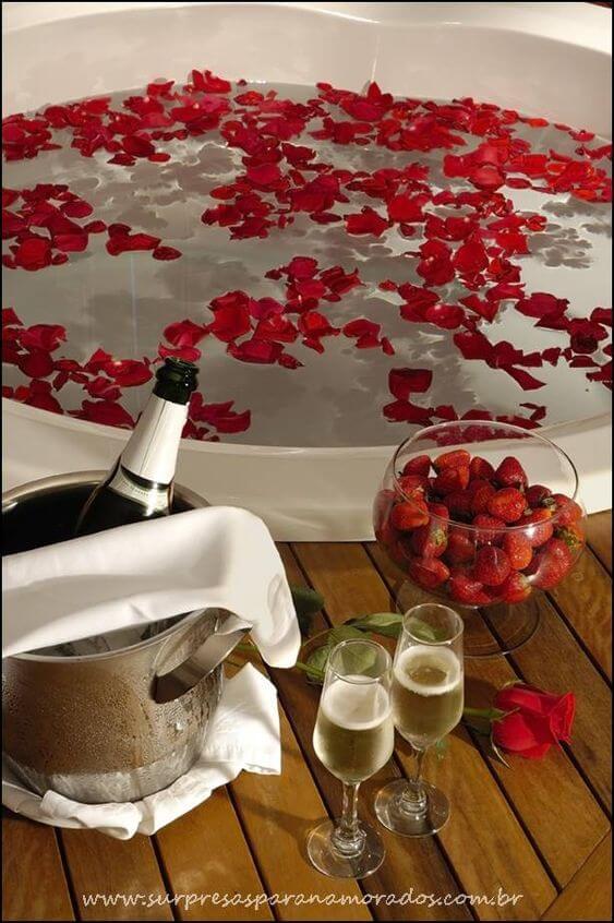 Ideias para dia dos namorados com pétalas de rosas na banheira