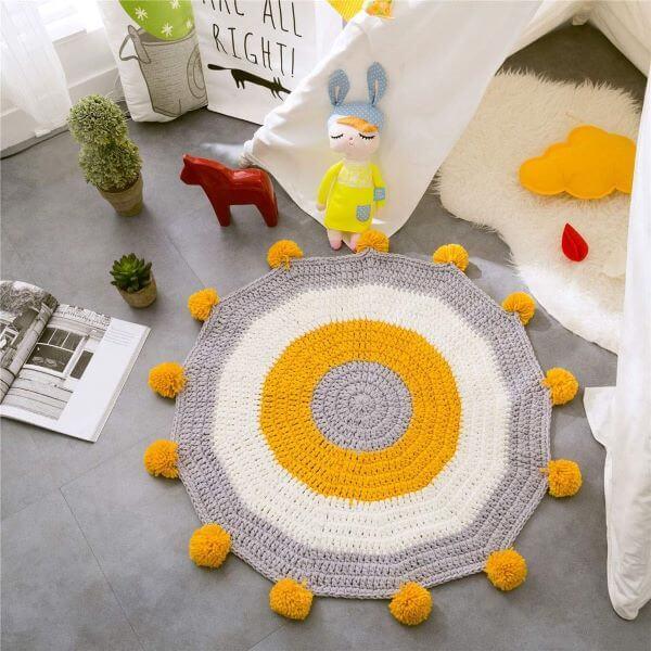 Porcelanato no quarto do bebê com tapete combinando