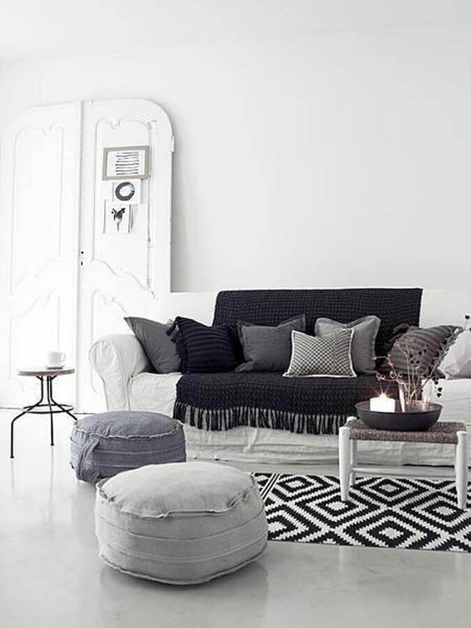 tapete de crochê para sala decorada em preto e branco Foto Muito Chique