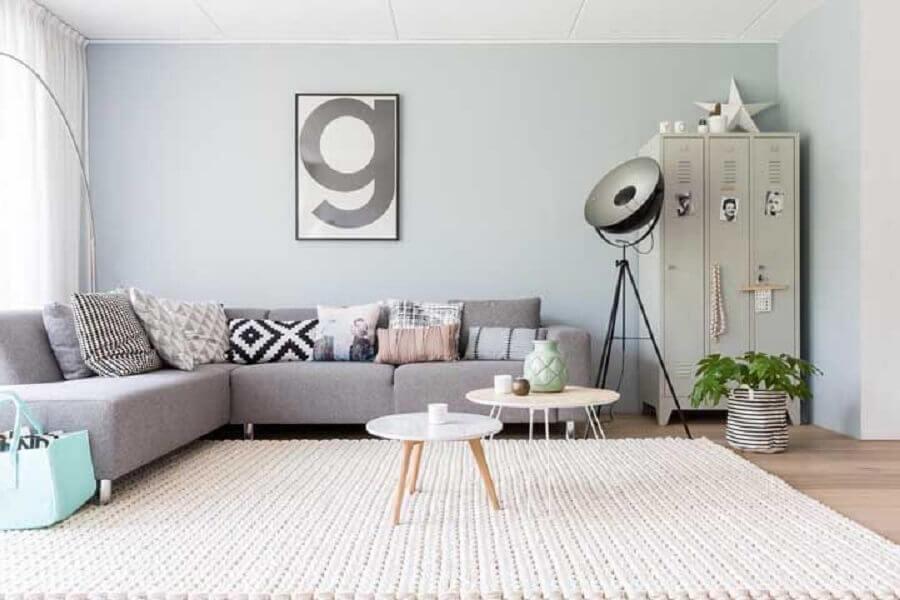 tapete de crochê para sala grande decorada com sofá cinza de canto com várias almofadas diferentes Foto Pinterest
