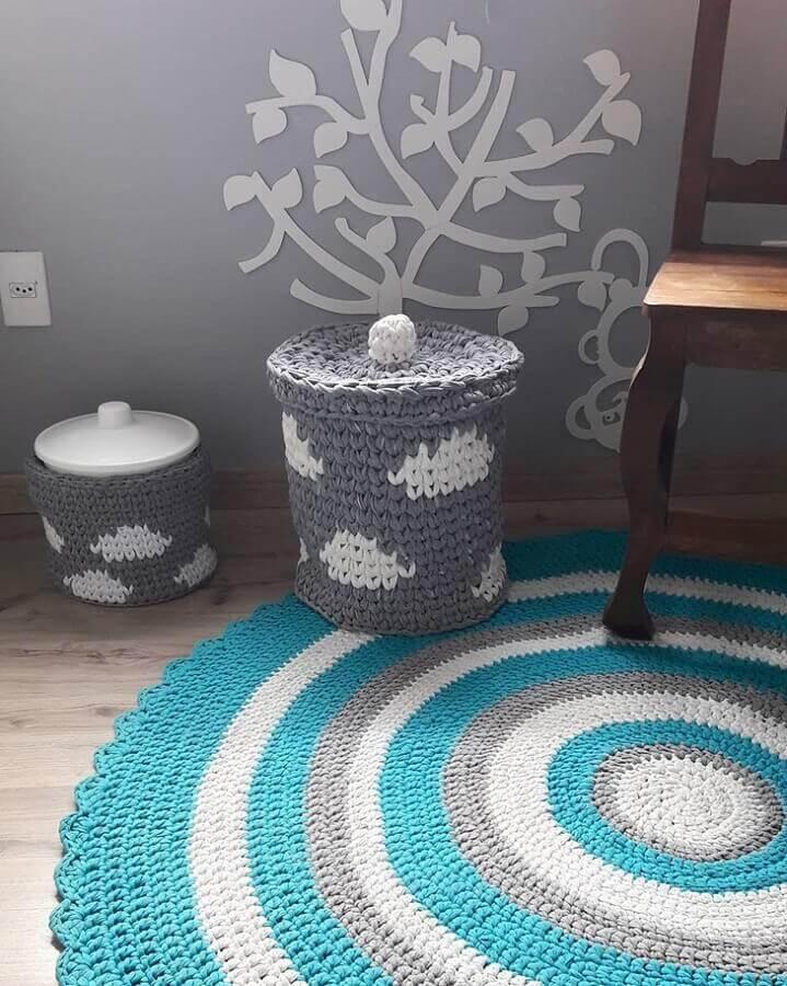 tapete de crochê redondo para sala com listras azuis branco e cinza Foto Margot Tricot