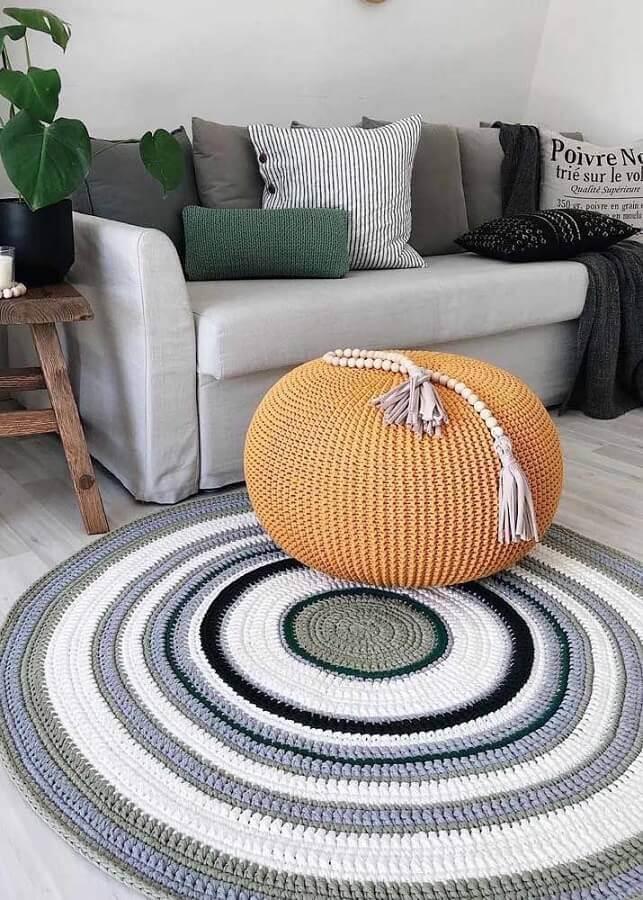 tapete de crochê redondo para sala com listras em cinza branco e preto Foto No Decora