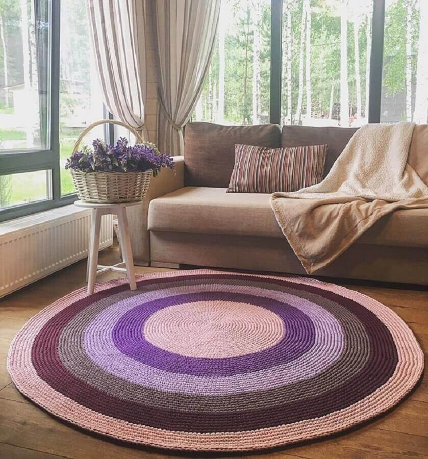 tapete de crochê redondo para sala decorada em tons neutros Foto Belkin Home