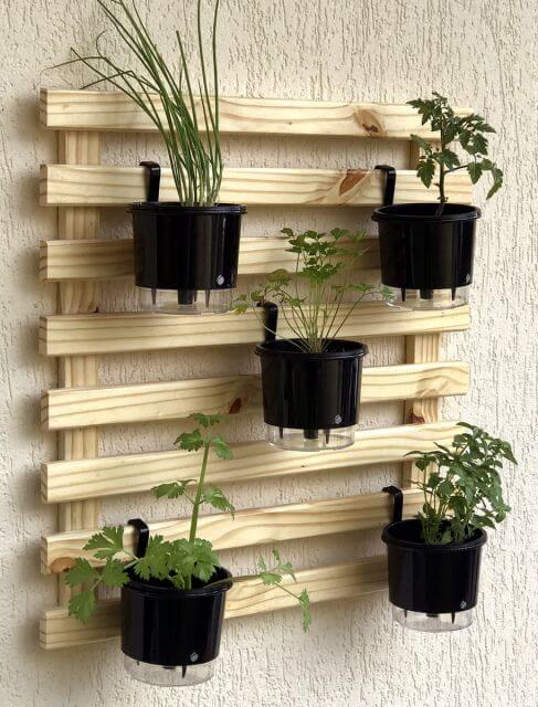 Quem não tem espaço em casa pode fazer um jardim vertical com o vaso de planta autoirrigável