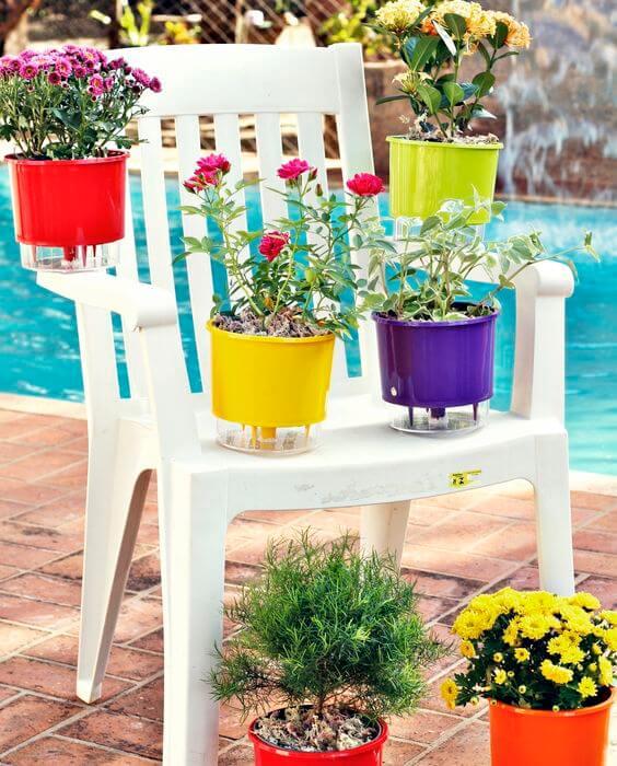 Vaso autoirrigável colorido para usar no jardim